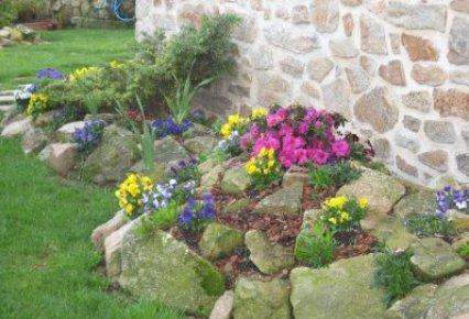 Jardiner a f cil ideas sobre paisajismo con un muro de for Modelo de jardines con piedras