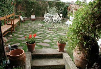 Jardiner a f cil consejos tiles para dise ar un jard n - Piscinas en patios interiores ...