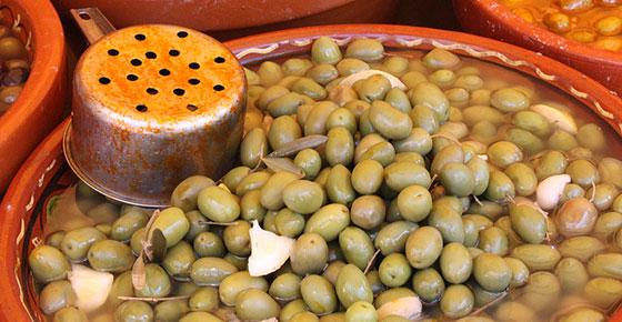 Aceitunas aliñadas con Thymus piperella, el tomillo aceitunero