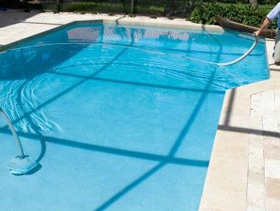 cuidados de piscina en verano limpieza piscina