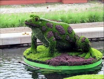 Esculturas con el cesped. Figuras-en-arbustos-sapo-rana