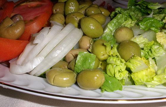 Aceitunas en ensalada con Thymus piperella, el tomillo aceitunero